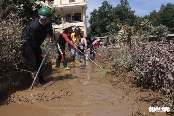 Rốn lũ xã Tân Hóa hối hả dọn bùn ngay khi lũ rút - Ảnh 10.