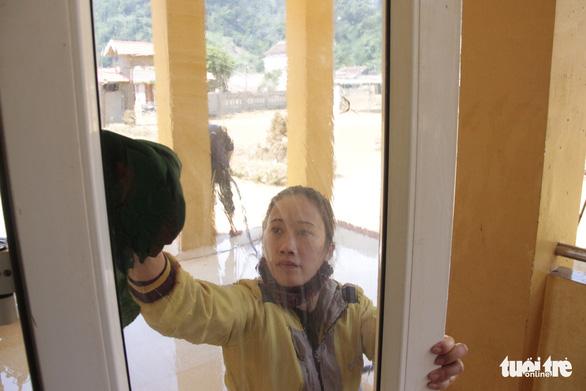 Rốn lũ xã Tân Hóa hối hả dọn bùn ngay khi lũ rút - Ảnh 8.