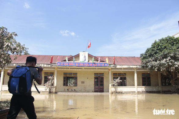 Rốn lũ xã Tân Hóa hối hả dọn bùn ngay khi lũ rút - Ảnh 6.