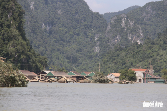 Rốn lũ xã Tân Hóa hối hả dọn bùn ngay khi lũ rút - Ảnh 4.