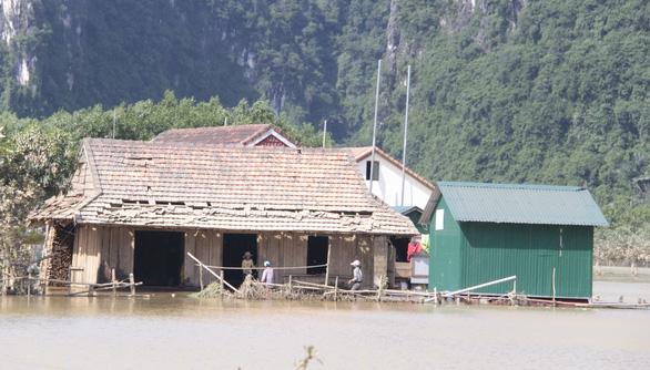 Rốn lũ xã Tân Hóa hối hả dọn bùn ngay khi lũ rút - Ảnh 5.
