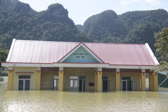 Rốn lũ xã Tân Hóa hối hả dọn bùn ngay khi lũ rút - Ảnh 2.
