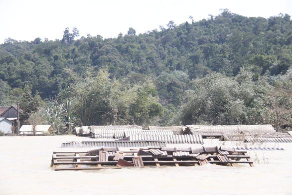 Rốn lũ xã Tân Hóa hối hả dọn bùn ngay khi lũ rút - Ảnh 1.