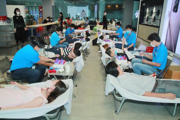 Nghe nguồn máu dự trữ khan hiếm, hàng trăm nhân viên văn phòng đăng ký hiến - Ảnh 2.