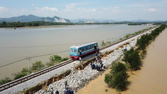 Đường sắt thiệt hại gần 27 tỉ đồng vì mưa lũ làm gián đoạn chạy tàu - Ảnh 1.