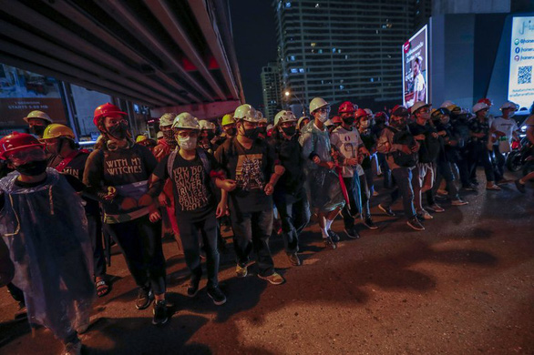 Chính phủ Thái Lan rút lại sắc lệnh khẩn cấp giữa căng thẳng biểu tình - Ảnh 1.