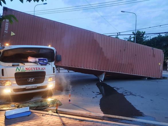 Tài xế xe container bị thùng xe đè tử vong - Ảnh 2.
