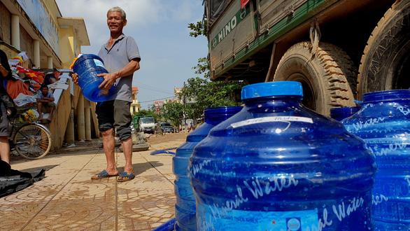 Chở 2 máy lọc nước khủng vượt ngàn cây số từ Sài Gòn ra vùng lũ Quảng Bình - Ảnh 2.