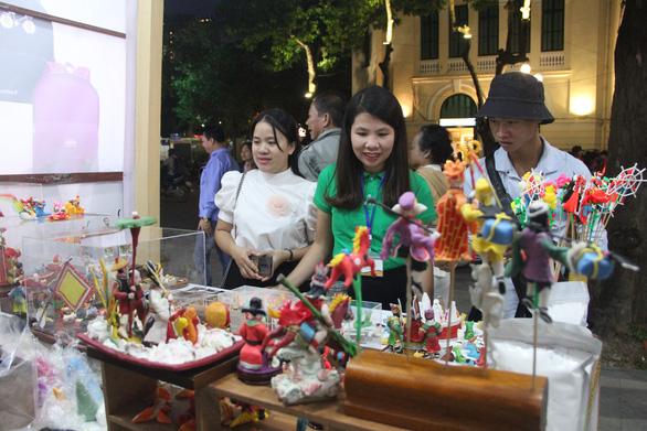 Tuần lễ hàng Made in Vietnam - Tinh hoa Việt Nam khai mạc ở hồ Hoàn Kiếm - Ảnh 1.