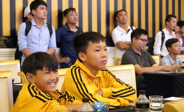 Cầu thủ nhí có thể tâng bóng 1.000 lần với cầu thủ vô địch AFF 2008 - Ảnh 1.