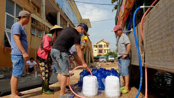 Chở 2 máy lọc nước khủng vượt ngàn cây số từ Sài Gòn ra vùng lũ Quảng Bình - Ảnh 3.