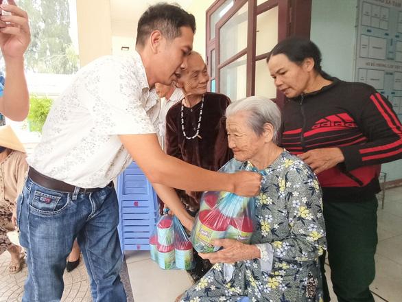 Trao tặng sữa đến người dân vùng lũ Quảng Nam - Ảnh 2.