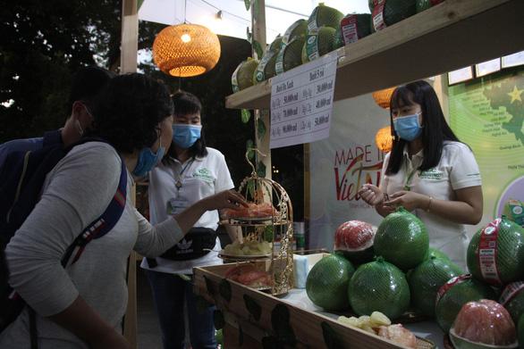 Tuần lễ hàng Made in Vietnam - Tinh hoa Việt Nam khai mạc ở hồ Hoàn Kiếm - Ảnh 2.