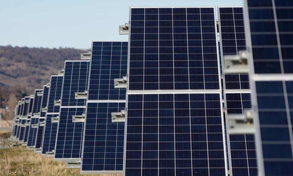 Úc xây dựng cánh đồng điện mặt trời lớn nhất thế giới - Ảnh 3.
