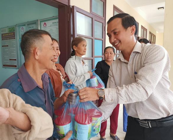 Trao tặng sữa đến người dân vùng lũ Quảng Nam - Ảnh 3.