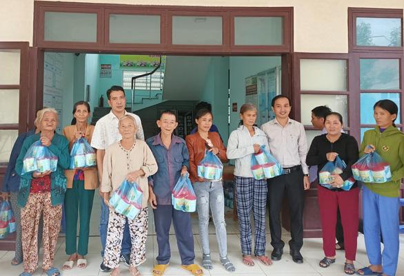 Trao tặng sữa đến người dân vùng lũ Quảng Nam - Ảnh 1.