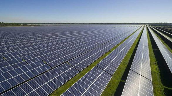 Úc xây dựng cánh đồng điện mặt trời lớn nhất thế giới - Ảnh 1.