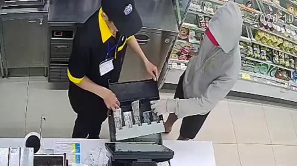 Bắt kẻ cầm dao dọa nhân viên cửa hàng tiện lợi cướp tiền ở Tân Phú - Ảnh 2.