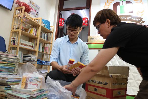 Quyên góp hàng ngàn bộ sách giáo khoa cũ tặng học sinh miền Trung - Ảnh 2.