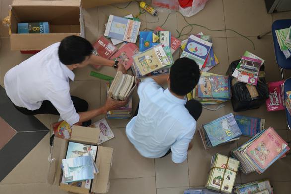 Quyên góp hàng ngàn bộ sách giáo khoa cũ tặng học sinh miền Trung - Ảnh 1.