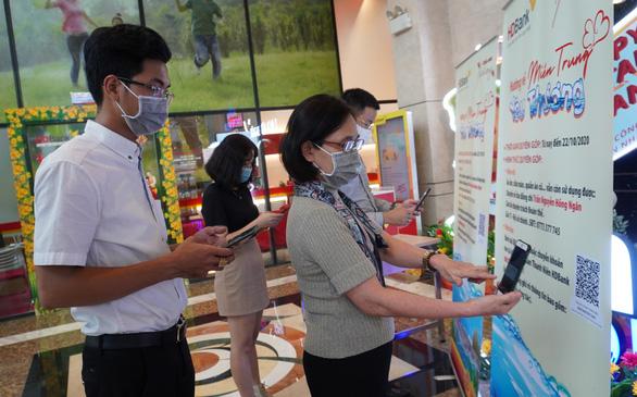 CBNV HDBank quyên góp tiền mặt và nhu yếu phẩm tiếp sức miền Trung - Ảnh 1.
