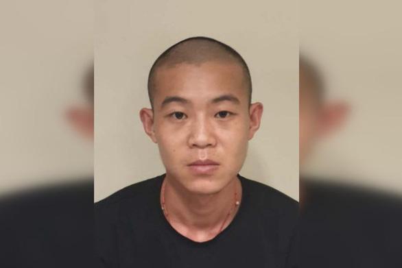 Singapore phạt tù người Trung Quốc đeo khẩu trang sai cách, hối lộ cảnh sát - Ảnh 1.