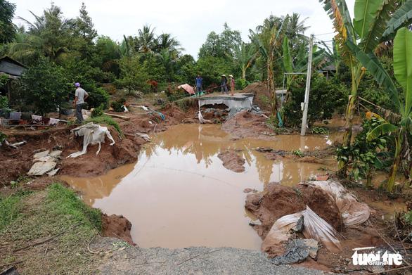 Sạt đường, triều cường tràn vào ngập úng vườn cây 120 hộ dân - Ảnh 1.