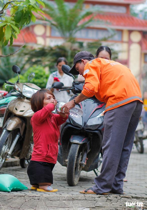 Quà bạn đọc báo Tuổi Trẻ đến các mái ấm, trung tâm xã hội Quảng Trị - Ảnh 9.