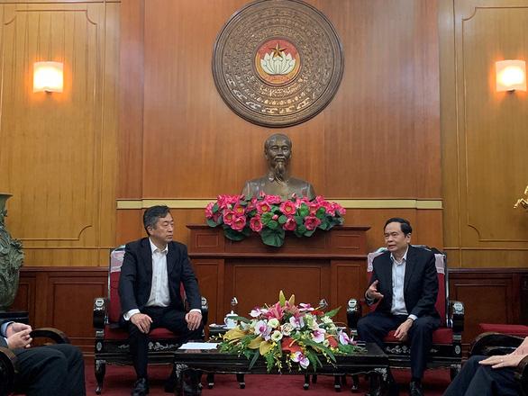 HVN trao tặng 3 tỉ đồng và hàng trăm máy móc cho miền Trung - Ảnh 1.