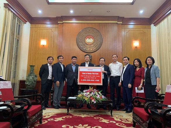 HVN trao tặng 3 tỉ đồng và hàng trăm máy móc cho miền Trung - Ảnh 2.