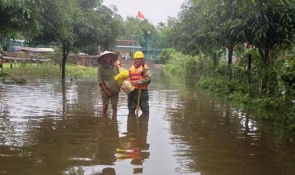 PC Hà Tĩnh: Nỗ lực cấp điện trở lại cho khách hàng sau mưa lũ - Ảnh 8.