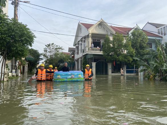 PC Hà Tĩnh: Nỗ lực cấp điện trở lại cho khách hàng sau mưa lũ - Ảnh 7.