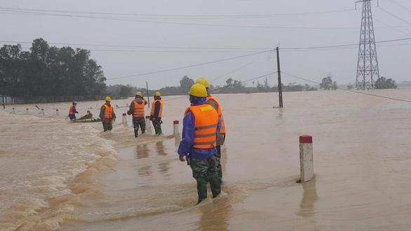 PC Hà Tĩnh: Nỗ lực cấp điện trở lại cho khách hàng sau mưa lũ - Ảnh 3.