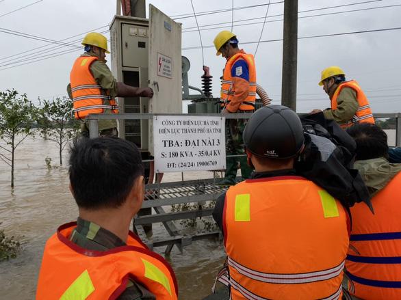 PC Hà Tĩnh: Nỗ lực cấp điện trở lại cho khách hàng sau mưa lũ - Ảnh 4.