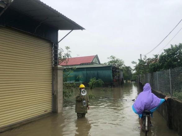 PC Hà Tĩnh: Nỗ lực cấp điện trở lại cho khách hàng sau mưa lũ - Ảnh 6.