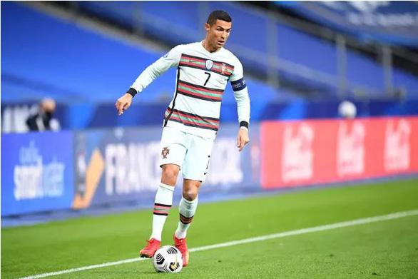 Ronaldo chưa hết COVID-19, lỡ hẹn đối đầu Messi - Ảnh 1.
