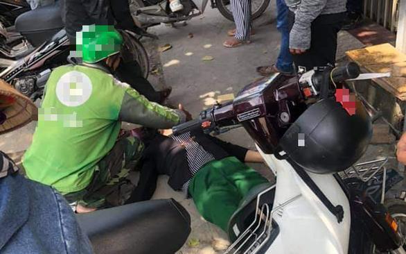 Giật túi xách bất thành, kẻ cướp bỏ xe máy chạy bộ thoát thân - Ảnh 2.