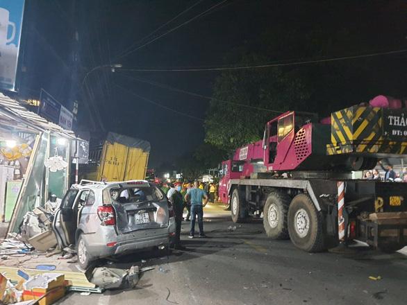 Sau tiếng nổ, xe tải tông xe 7 chỗ, nhiều xe máy rồi lao vào nhà dân, ít nhất 3 người chết - Ảnh 4.
