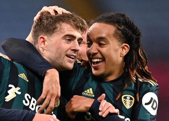 Leeds cắt mạch bất bại của Aston Villa nhờ cú hat-trick của Bamford - Ảnh 1.