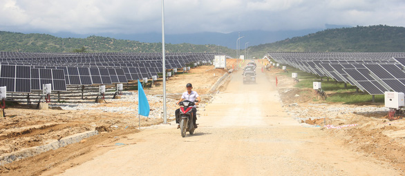 Khánh thành hệ thống pin mặt trời xoay theo hướng nắng - Ảnh 1.