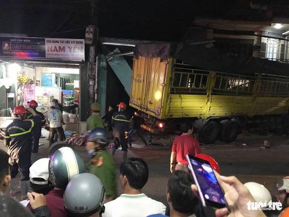 Sau tiếng nổ, xe tải tông xe 7 chỗ, nhiều xe máy rồi lao vào nhà dân, ít nhất 3 người chết - Ảnh 6.