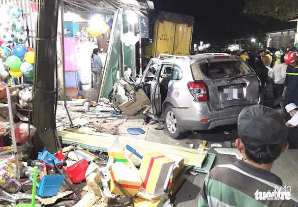 Sau tiếng nổ, xe tải tông xe 7 chỗ, nhiều xe máy rồi lao vào nhà dân, ít nhất 3 người chết - Ảnh 5.