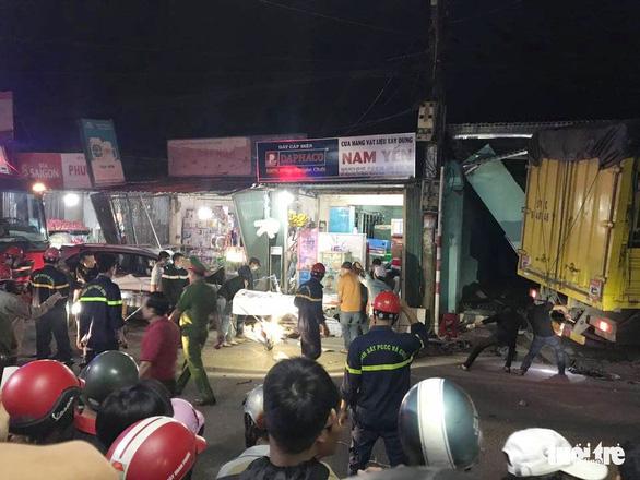 Sau tiếng nổ, xe tải tông xe 7 chỗ, nhiều xe máy rồi lao vào nhà dân, ít nhất 3 người chết - Ảnh 8.