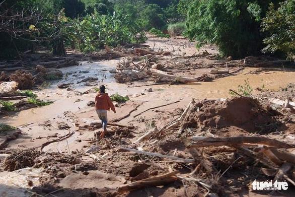 Giăng dây cáp qua miệng vực đưa hàng cứu trợ vào thôn bản - Ảnh 3.