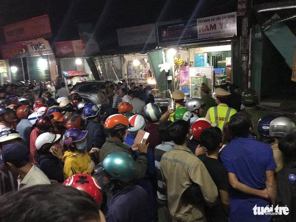 Sau tiếng nổ, xe tải tông xe 7 chỗ, nhiều xe máy rồi lao vào nhà dân, ít nhất 3 người chết - Ảnh 9.