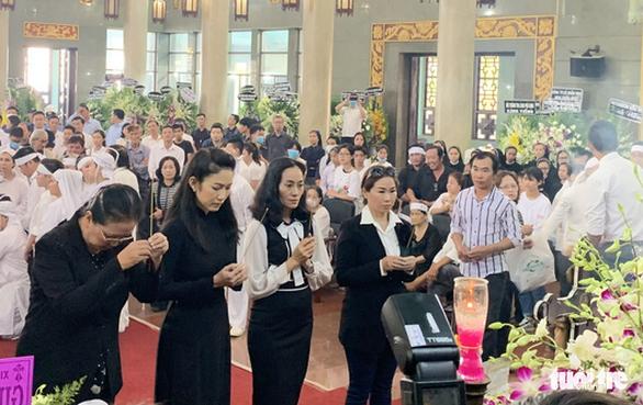 Tiễn đưa nghệ sĩ Lý Huỳnh về nơi an nghỉ - Ảnh 1.