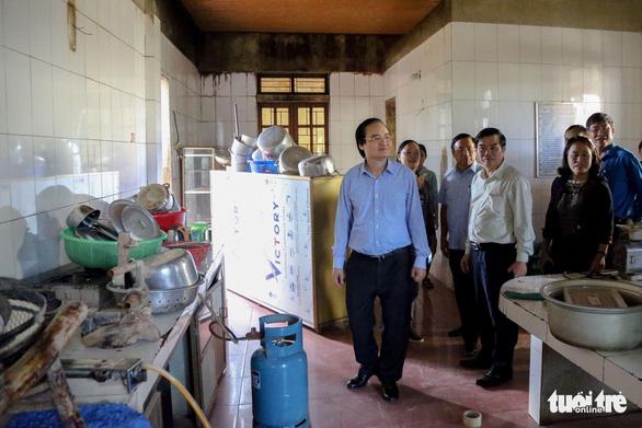 Bộ trưởng Phùng Xuân Nhạ: Không để học sinh vùng lũ đến trường thiếu sách vở - Ảnh 1.