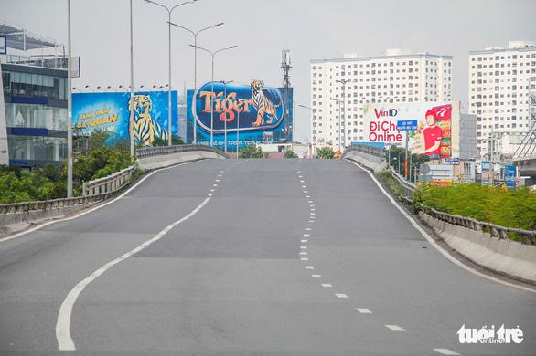 Cấm xe qua cầu vượt Nguyễn Hữu Cảnh gần 6 tháng, từ ngày 29-10 - Ảnh 1.