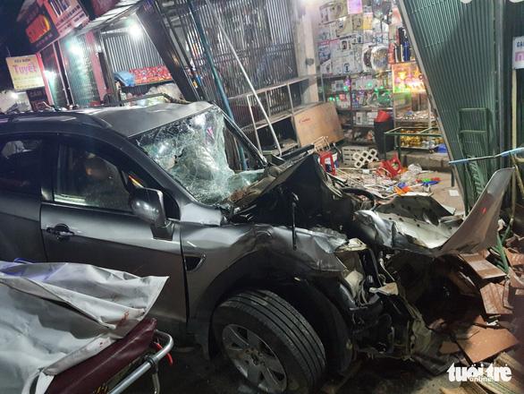 Sau tiếng nổ, xe tải tông xe 7 chỗ, nhiều xe máy rồi lao vào nhà dân, ít nhất 3 người chết - Ảnh 3.