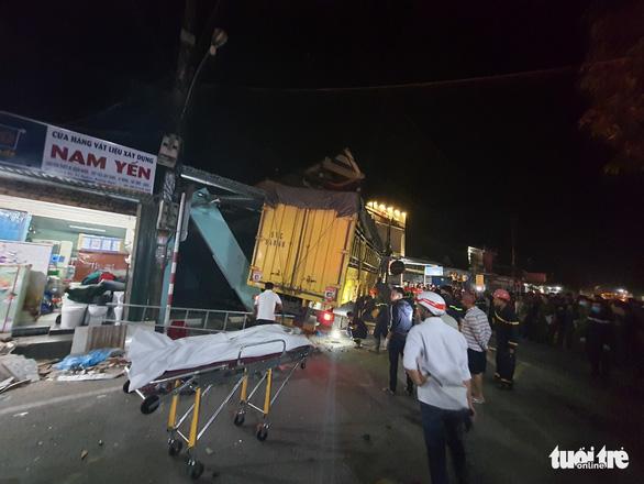 Sau tiếng nổ, xe tải tông xe 7 chỗ, nhiều xe máy rồi lao vào nhà dân, ít nhất 3 người chết - Ảnh 1.